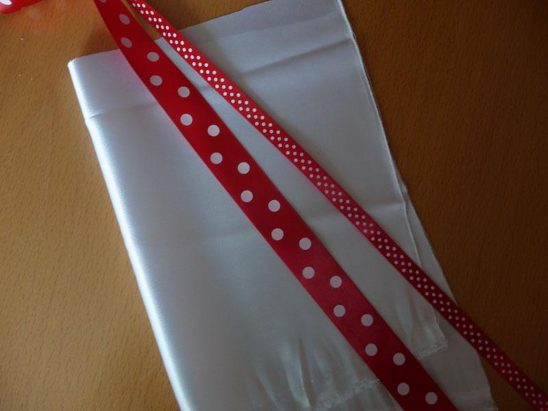 Sada na bílé krátké šaty s červenými puntíkovanými stužkami